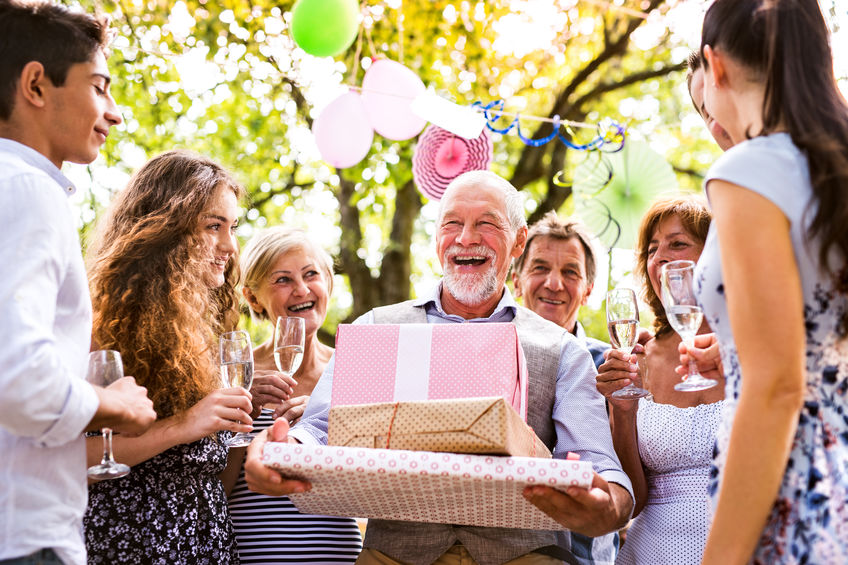 un grand père qui reçoit le cadeau idéal