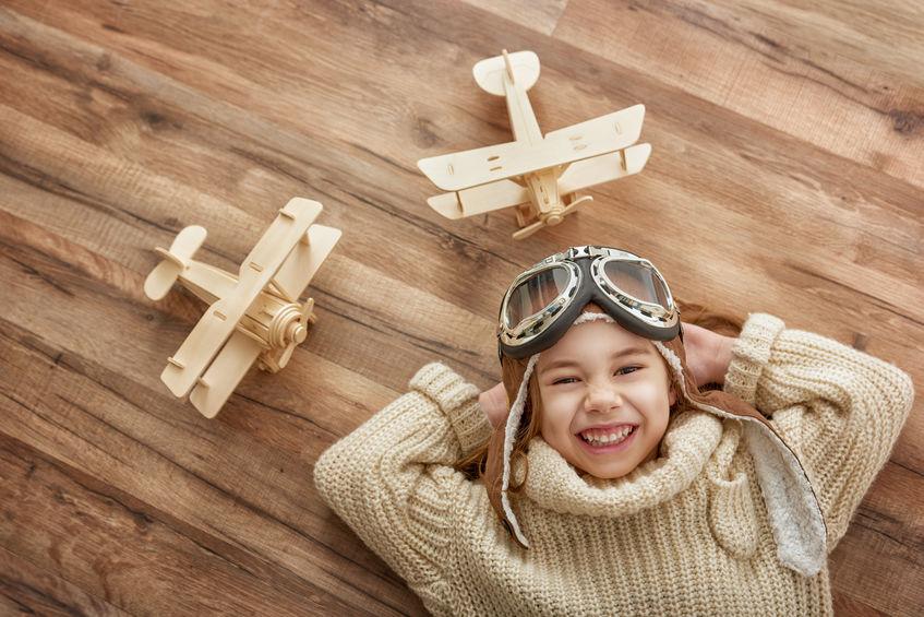 enfant qui joue avec des jouets en bois