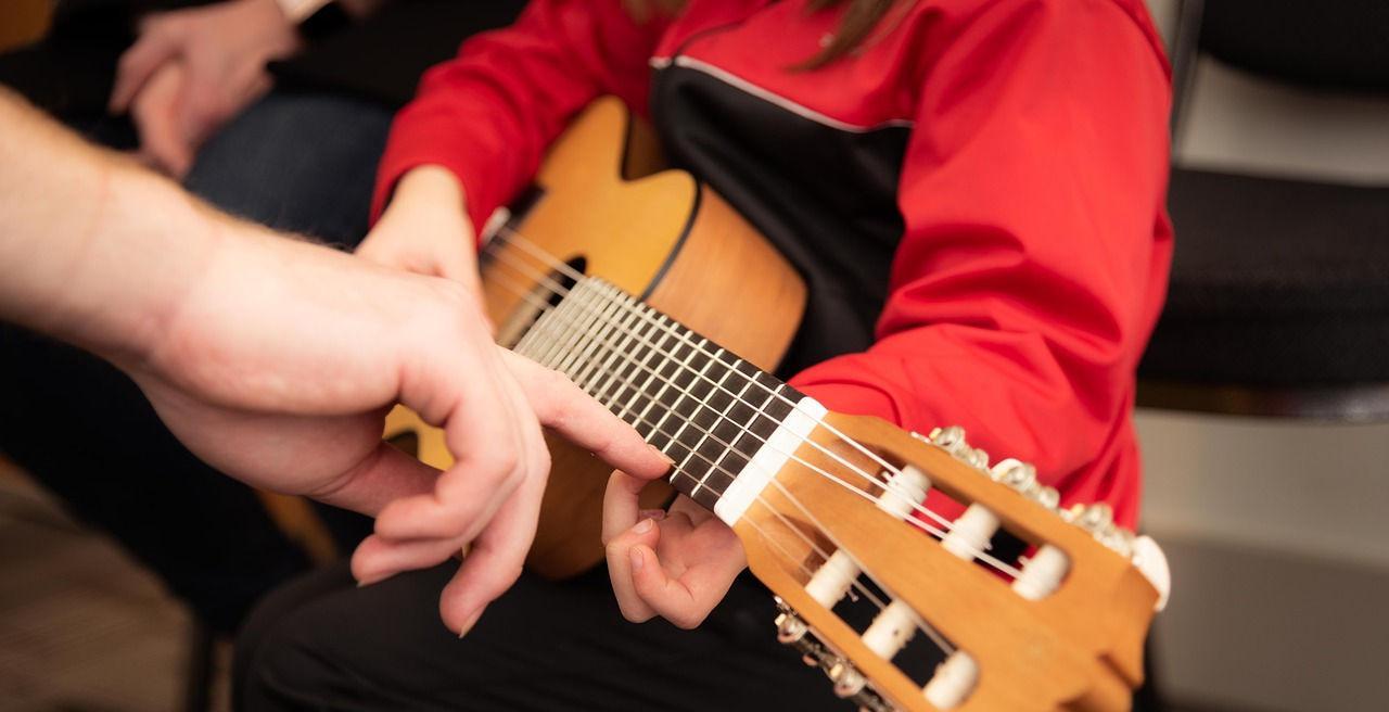 enfant qui apprend la guitare